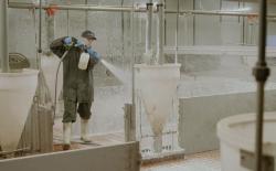 Sát trùng chuồng trại bằng phương pháp tạo bọt hay phun xịt